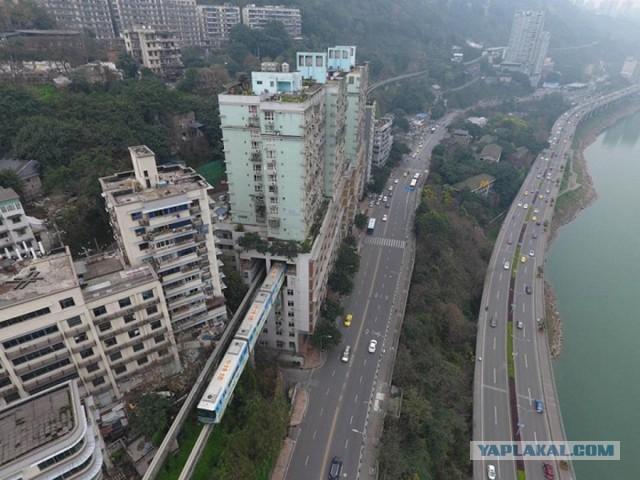 Метро проложили прямо сквозь жилую многоэтажку: как там живут люди?
