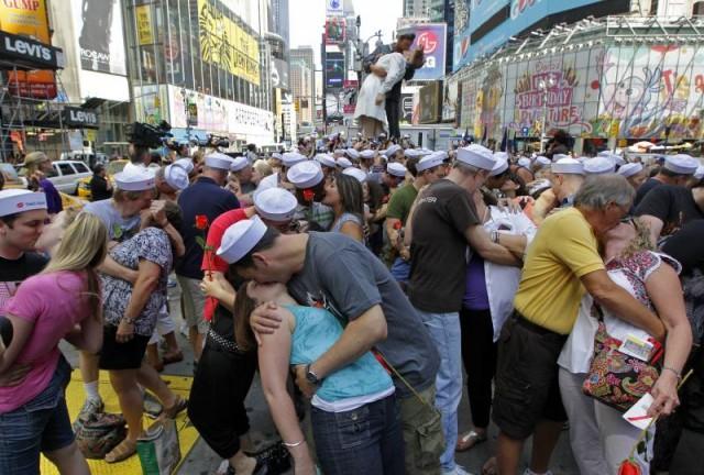 """Массовая реконструкция """"поцелуя на Таймс-сквер"""""""