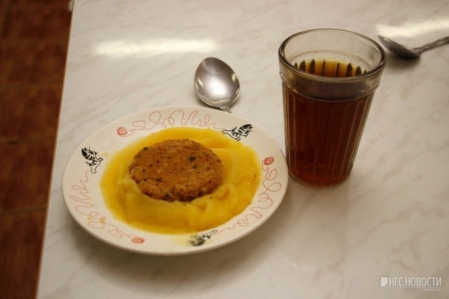 Омская школа ввела карточную систему питания, из-за которой часть детей не могла поесть