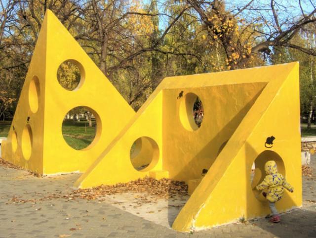 В Самаре неизвестные раскрасили бетонные блоки с дырками в парке Гагарина в цвет сыра и дорисовали мышей