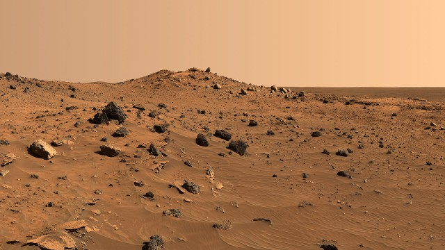 """На Марсе обнаружили космический корабль и """"людей"""" в черных скафандрах"""