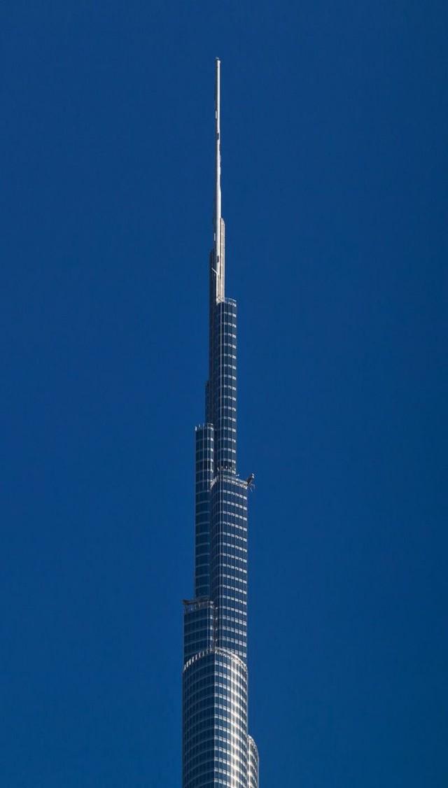 Грандиозный вид на небоскреб с самого низу
