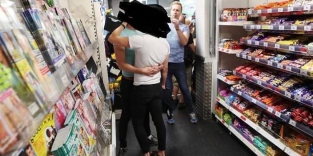 Охранник избил двух целующихся геев