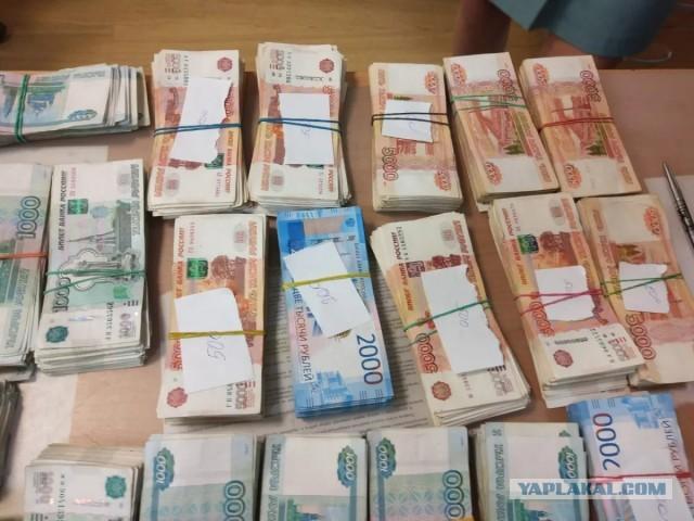 В Санкт-Петербурге кассир автосалона сбежала, прихватив из кассы 32 млн рублей