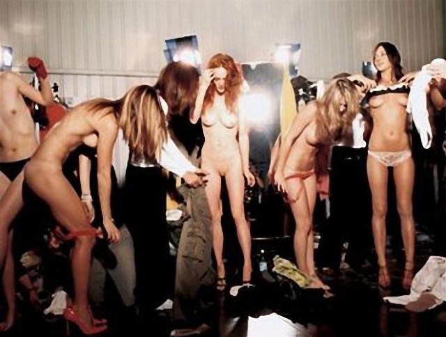 на подиуме голые модели фото
