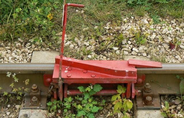 Зачем нужно устройство для сбрасывая поезда с рельс