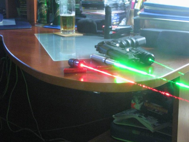 Делаем лазер из фонарика и устройства Cd-rom Dvd-r