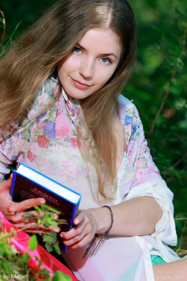 А ведь есть еще красивые девушки, которые читают