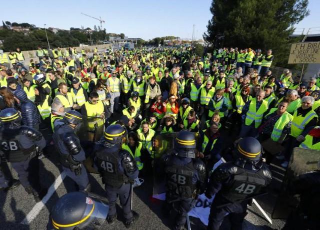Посол Белоруссии во Франции раздавал драники протестующим на площади l'Étoile