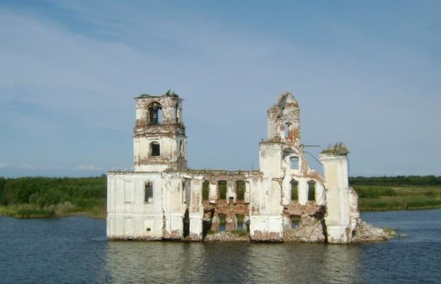 5 затопленных церквей, шпили которых до сих пор возвышаются над водой