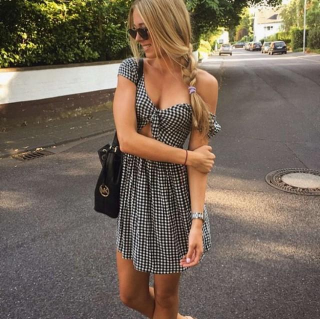 Девушки в летних платьях, сарафанах и их задницы