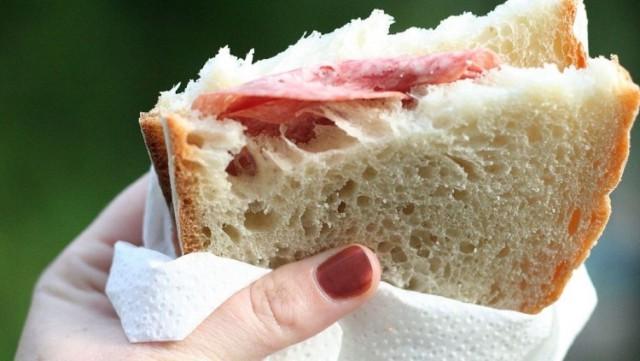 Беременную стюардессу уволили за съеденный бутерброд