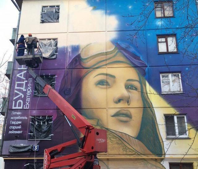 Жители дома с изображением героини ВОВ решили закрасить граффити, потому что здание не хотят сносить по программе реновации