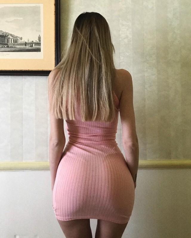 Девушки в обтягивающих платьях и их задницы