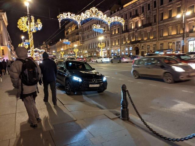 Михаил Боярский снова на коне в центре Петербурга. Артист завершает год фирменной парковкой