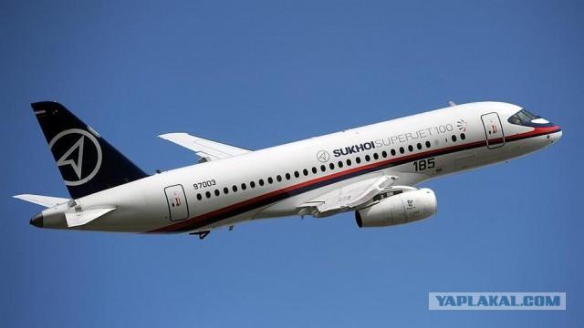 Самолет Sukhoi Superjet 100 совершил экстренную посадку в аэропорту Шереметьево после отказа двигателя. Лайнер вернулся в Москву