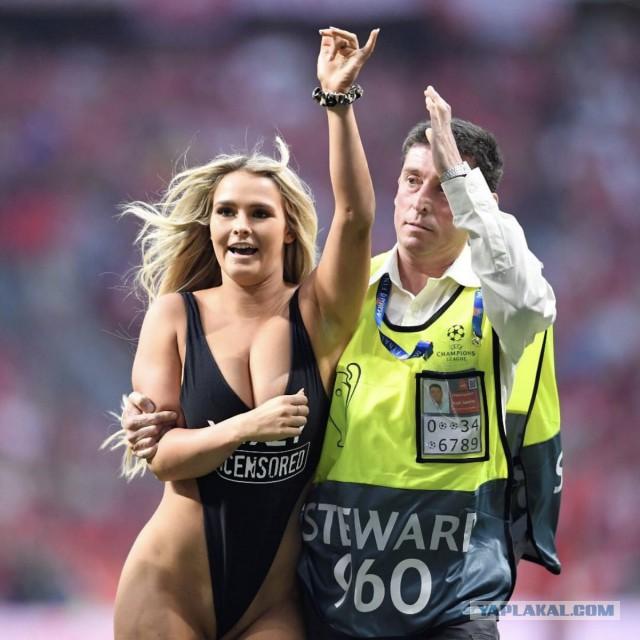 Полуголая болельщица выбежала на поле во время финала Лиги чемпионов.