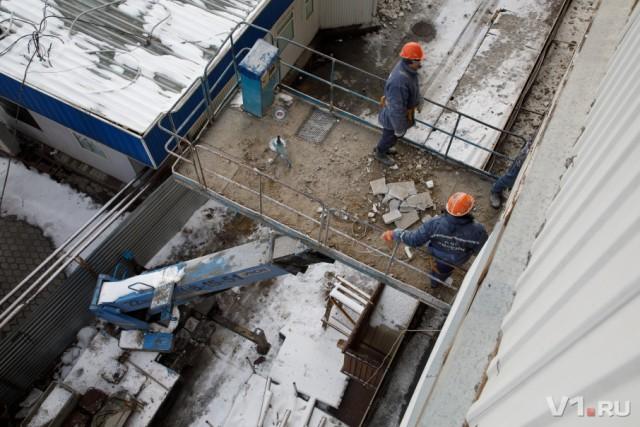 Жильцы разваливающегося дома в центре Волгограда не пускают в квартиры рабочих с тросами