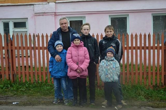 Семью, в которой отец-одиночка воспитывает пятерых детей, сняли с очереди на жилье