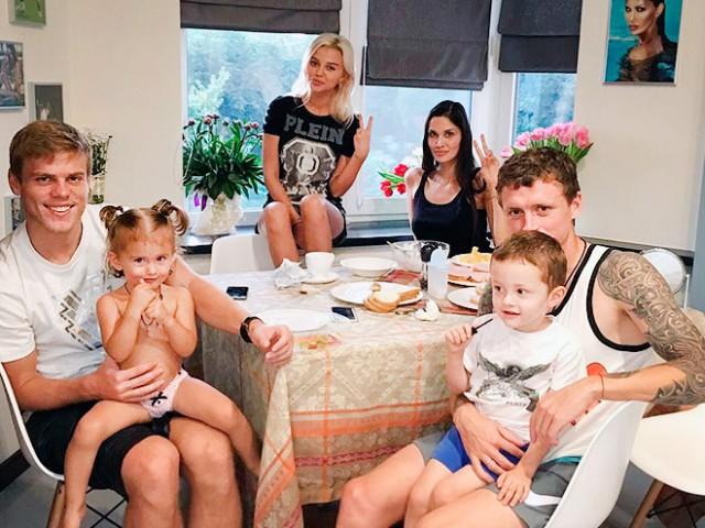 Мамаев, Кокорин и их девушки решили скрыться от оскорблений в Инстаграме, удалив или закрыв свои профили