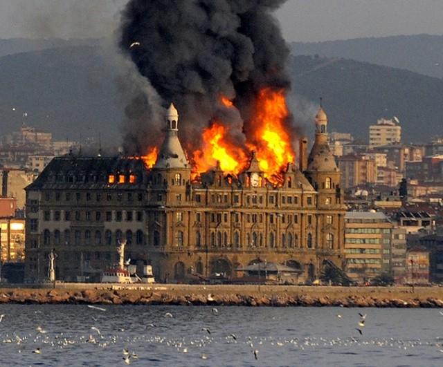 Сгорел старинный вокзал в Стамбуле