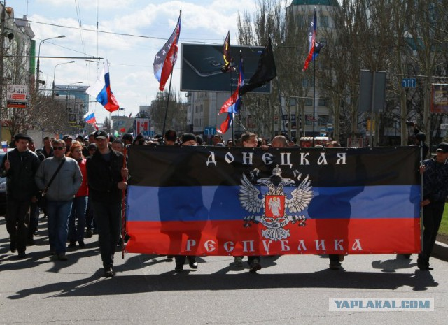 Протестующие в Донецке требуют провести референдум