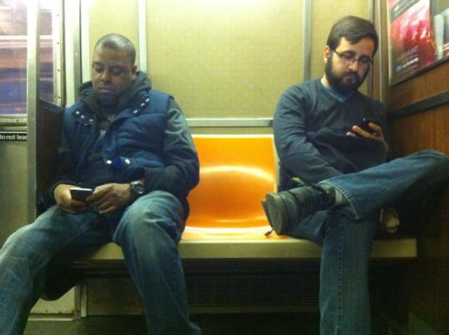 Обыкновенная скамейка в Нью-Йоркском метро