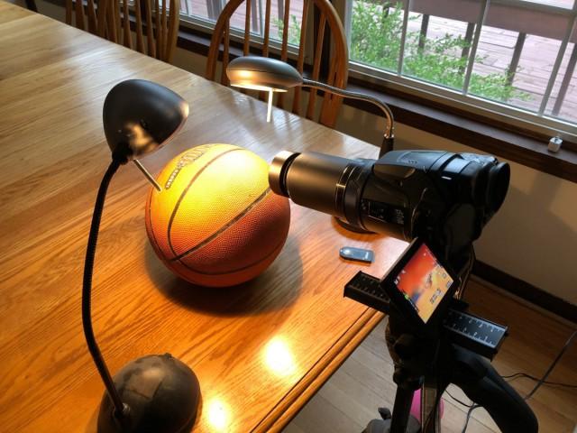Американский разработчик доказал неправоту сторонников теории о плоской Земле с помощью баскетбольного мяча