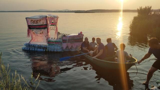 В Озерске дети смастерили лодку Гуччи из пластиковых бутылок и уплыли на ней в поход. В погоню за ними пустились спасатели МЧС