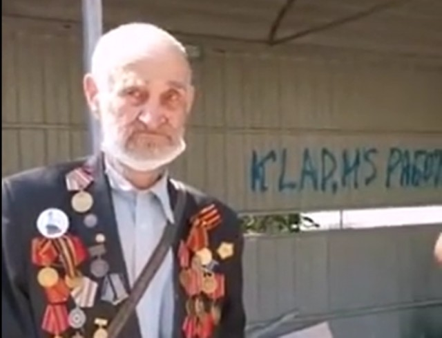 Я даже не знаю как назвать это: В Тюмени 92-летний ветеран и прославленный нефтяник копался в мусорке
