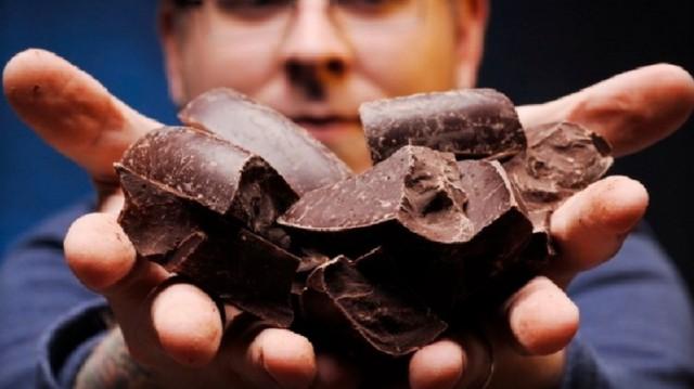Анестезиолог изнасиловал пациентку, которой увеличили грудь, и откупился шоколадкой
