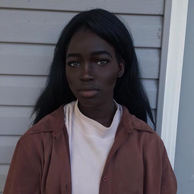 Современная Лолита с угольно-черным цветом кожи и необычной внешностью