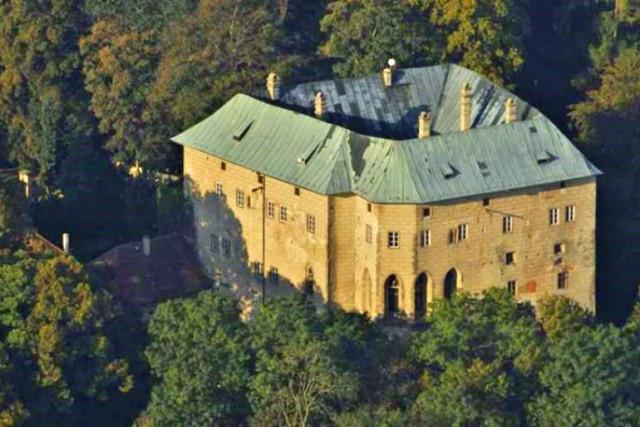 Замок, построенный вокруг дыры в земле