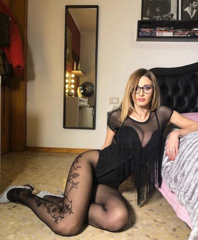30-летняя итальянка зарабатывает на жизнь, показывая свои ноги в чулках