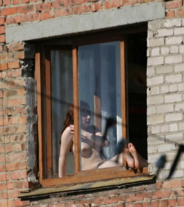 podglyadel-v-okno-za-goloy-sosedkoy