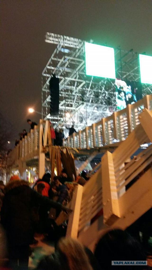 В парке Горького в Москве обвалился деревянный мост для пешеходов