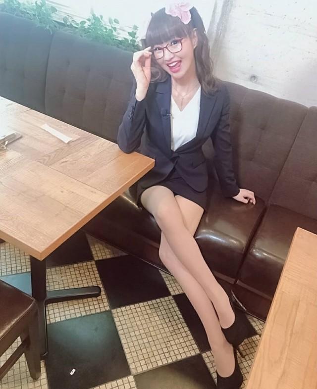 Блогерша удачно косплеит школьниц, но есть одно но — ей 50