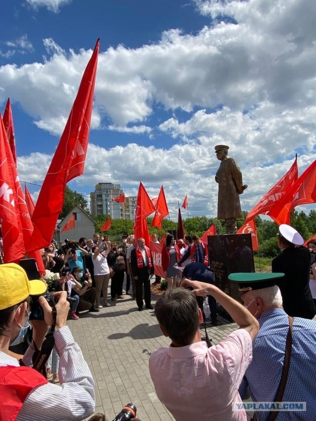 Памятник Сталину открыли