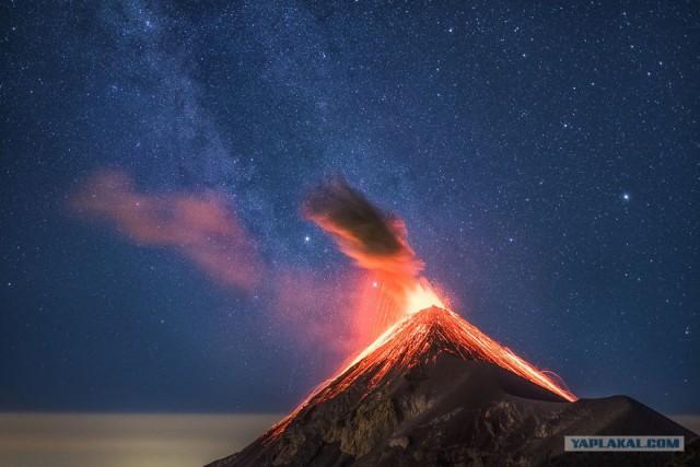 Фото извержение вулкана на фоне млечного пути