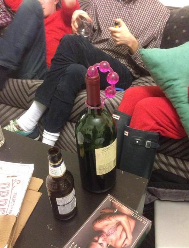 Пригласили в женское общежитие попить винца...