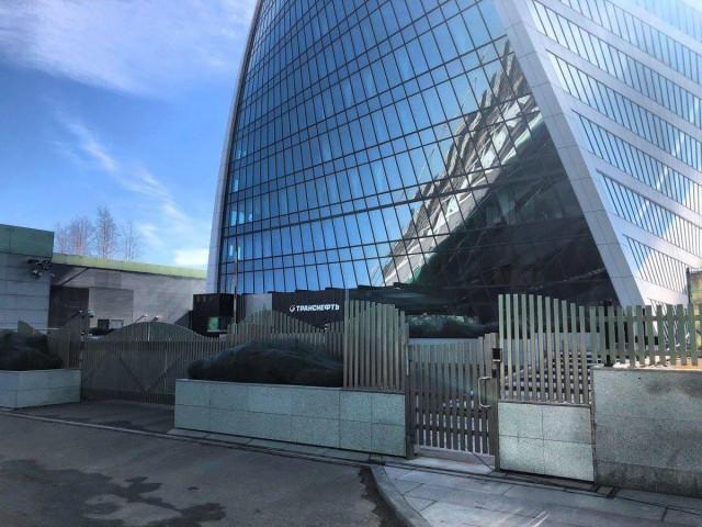 «Транснефть» купила здание в «Москва-Сити» и обнесла его вот таким забором