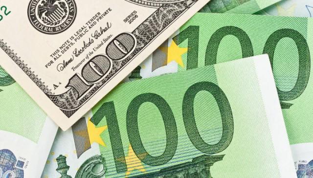Евро - 80, доллар - 64: торги начались с новых рекордов