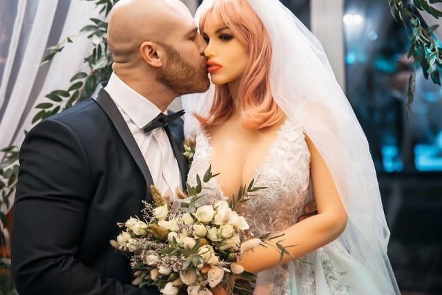 Мужчина из Казахстана с третьей попытки, но все же женился на секс-кукле