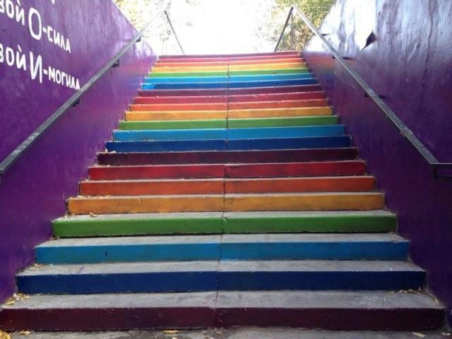 В Томске потребовали закрасить лестницу, выкрашенную в цвета радуги