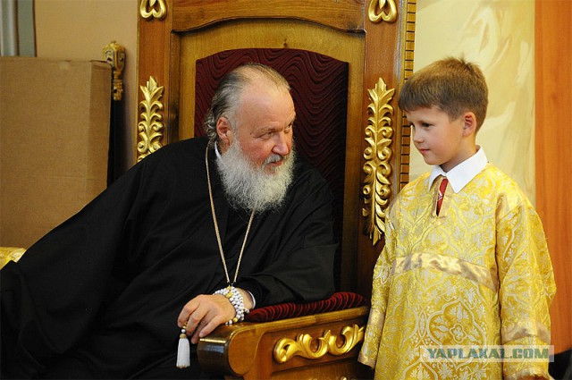 РФ, мальчик и свщенник в шакафу собеседник