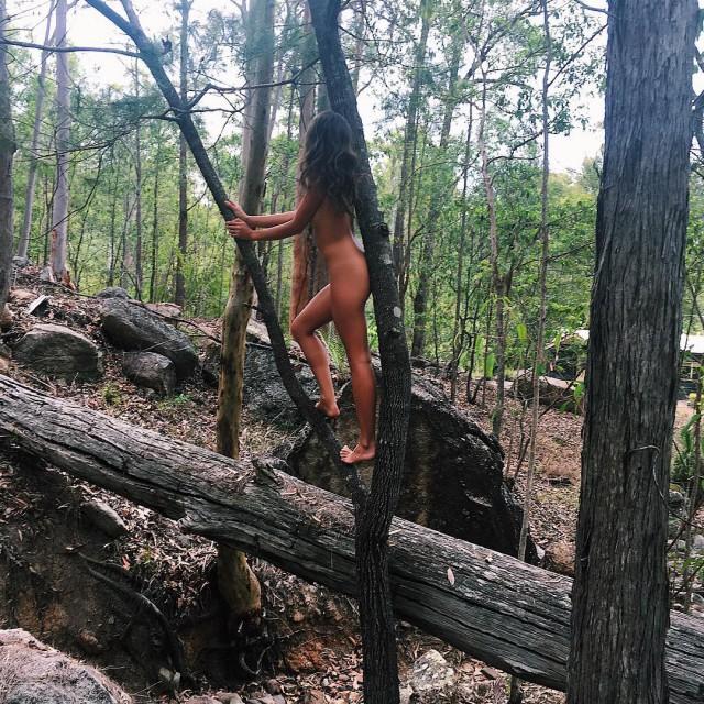Блогерша из Австралии пропагандирует голый образ жизни