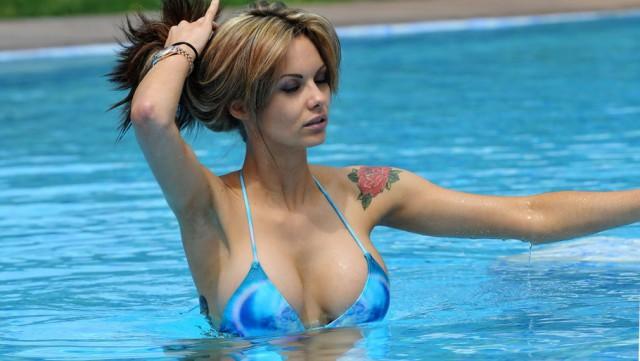 Большегрудые девахи в купальниках