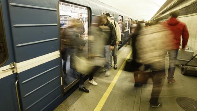 В петербургском метро вооруженные мужчины ранили пассажиров в вагоне