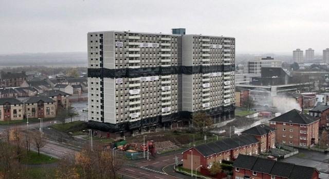 Четкий снос здания посреди жилого района