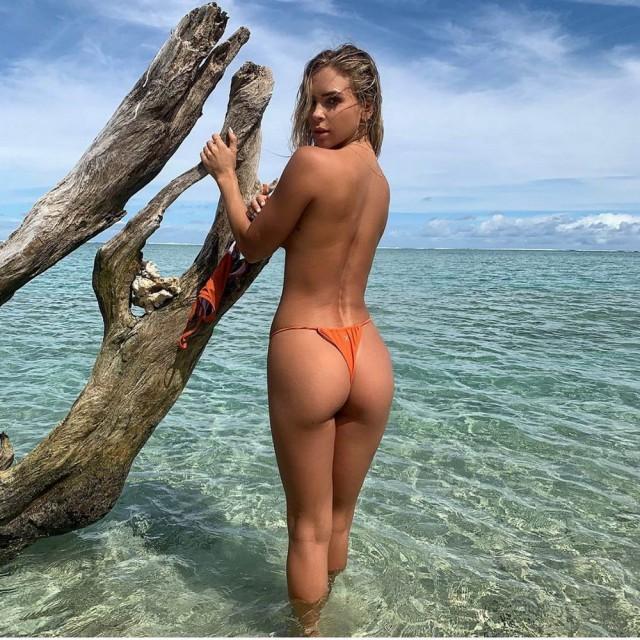 Девушки в бикини и их задницы